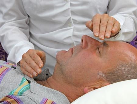 energy healing: Guaritore femminile canalizzazione guarigione paziente maschio Archivio Fotografico