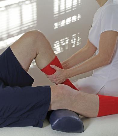 masaje deportivo: Terapeuta que trabaja en músculo de la pantorrilla