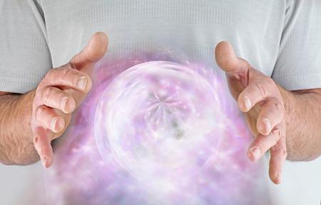 universal love: Curandero Hombre con extraordinaria bola de energía con gas niebla entre las manos