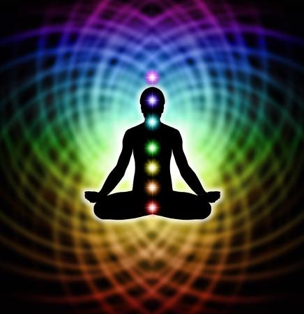 무지개 색깔의 행렬 에너지에 일곱 차크라를 가진 사람 로터스 명상 위치의 실루엣 스톡 콘텐츠