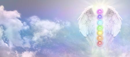 천사 레이키 날개와 푸른 하늘 배너에 일곱 차크라