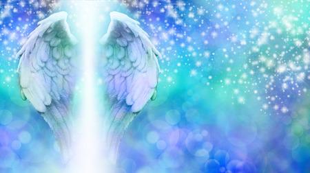 angel de la guarda: Alas del ángel en el fondo chispeante azul Bokeh Foto de archivo