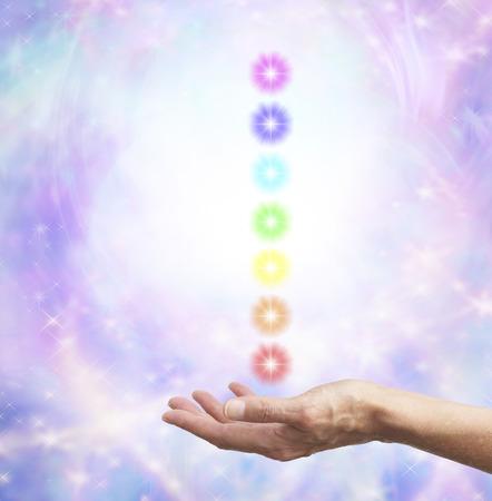 universal love: La celebración de la energía chakra en la mano abierta Foto de archivo