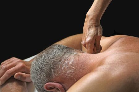 masaje deportivo: Aplicando Terapeuta presión al cuello del cliente Foto de archivo