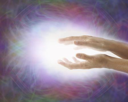 レイキ癒しのエネルギーを発して光の労働者 写真素材