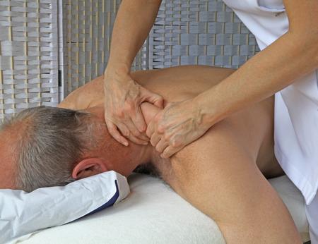 masaje deportivo: Estirar y apretando el músculo trapecio