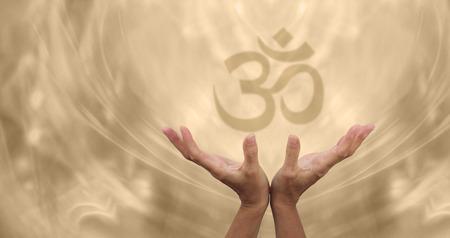 symbol hand: Sch�ne goldene Om Healing Energie