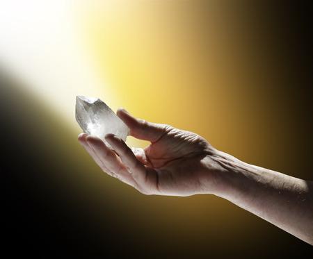 充電終了黄金の白い光の水晶の杖