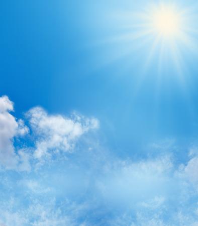 sol radiante: cielo azul nubes fluffly y fondo de la sol