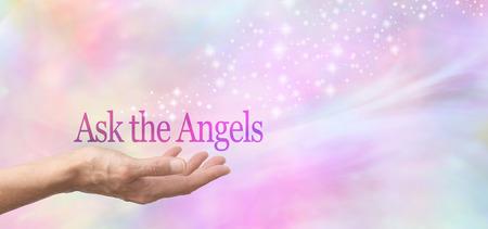 preguntando: Pregunte a los ángeles para Ayuda Mujeres mano boca arriba con las palabras Pregunte a los Angelinos flotando por encima sobre un fondo bokeh pastel brumosa y un chorro de chispas que fluye de la mano