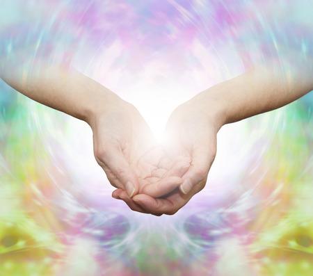 De Gentle Healer Wijfje met holle handen op een mooie veelkleurige etherische energie achtergrond Stockfoto
