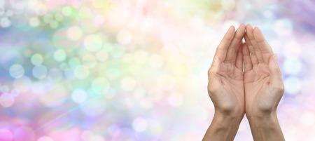 arc en ciel: Arc en ciel de guérison du Reiki Partager Bannière Femme posa les mains sur Rainbow coloré bannière bokeh fond avec beaucoup de copie espace vers la droite Banque d'images