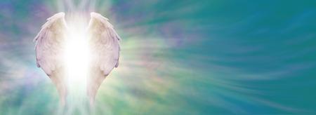 alas de angel: Alas de �ngel y Sanaci�n Banner luz blanca del �ngel alas con luz brillante radiante hacia el exterior de entre, por un jade et�rea energ�a verde azul de fondo formaci�n Foto de archivo