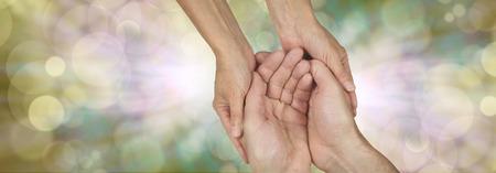 Compassion bannière - grande bannière avec les mains d'une femme tenant mains en coupe d'un homme dans un geste nécessiteux Banque d'images