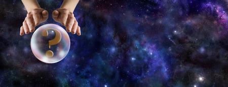 Wat doet de Crystal Ball Reveal - Wide diepe ruimte achtergrond met de handen van een waarzegster's zweefde over een kristallen bol met een vraagteken op de linkerkant en een kopie ruimte aan de rechterkant