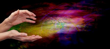 psychic: Campo de energía de sanación psíquica - Mujer extendidos curación manos en múltiples psicodélico de color que fluye de fondo la formación de la energía