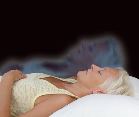 astral body: Mujer Astral experiencia de proyecci�n - Mujer en dec�bito supino con los ojos cerrados experimentando proyecci�n astral en fondo oscuro mostrando alma separarse de cuerpo