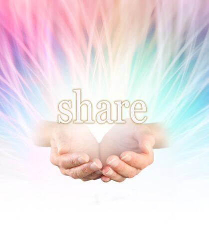 manos abiertas: Compartiendo energía curativa arco iris - femenino con las manos ahuecadas con la palabra COMPARTIR flotando por encima en un arco iris de colores que irradian Fondo de la formación de la energía