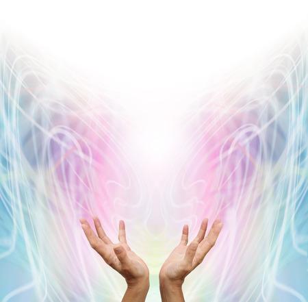 Energy Light werknemer - Vrouwelijke energie werknemer met uitgestrekte handen en open naar boven sensing witte helende energie op pastel regenboog gekleurde ingewikkelde wervelende formatie energie achtergrond