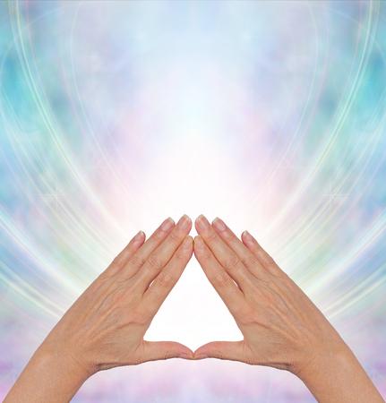 triangulo: Pirámide Poder Curativo de Energía - manos femeninas haciendo una forma de triángulo en un campo de energía de niebla azul que fluye de forma triangular con un montón de espacio de la copia arriba