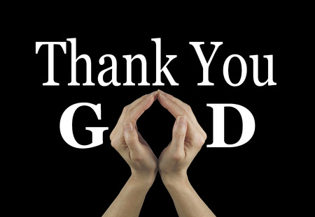 """mano de dios: Gracias a Dios - manos femeninas que hacen una forma de """"O"""" en la palabra de Dios sobre un fondo negro con Gracias por encima de Foto de archivo"""
