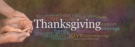Thanksgiving Word Cloud Website Banner - Vrouwelijke holle handen gewiegd door mannelijke uitgestoken handen met een witte woord 'Thanksgiving' boven drijven en relevante woordwolk op een donkere steen effect achtergrond Stockfoto