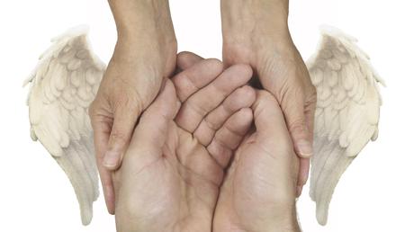 Symbolische Helping Hands with Angel Wings - Cupped mannelijke handen zachtjes door vrouwelijke handen met engelenvleugels weerszijden gehouden op een witte achtergrond