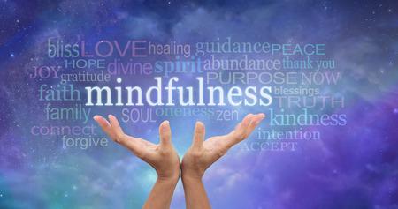Zen Mindfulness Meditatie - Vrouwelijke handen bereiken omhoog naar het woord 'Mindfulness' zwevend boven omgeven door een relevant woord wolk op een etherische blauwe achtergrond van de nachthemel Stockfoto