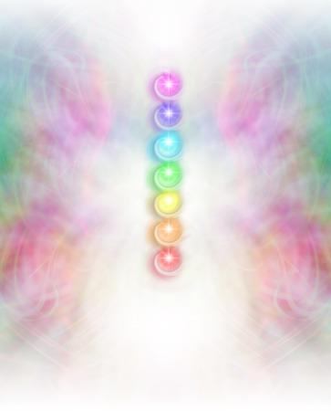 微妙なエネルギーのフィールド バック グラウンド - 対称の複雑なパステルで 7 つのチャクラが映える白いエネルギー中央列で横になっている 7 つの