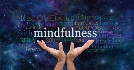 """Zen Mindfulness Meditación - Manos femeninas que se eleva hacia la palabra """"atención plena"""" flotando por encima rodeado de una nube de palabras relevantes en un fondo del cielo nocturno azul marino"""