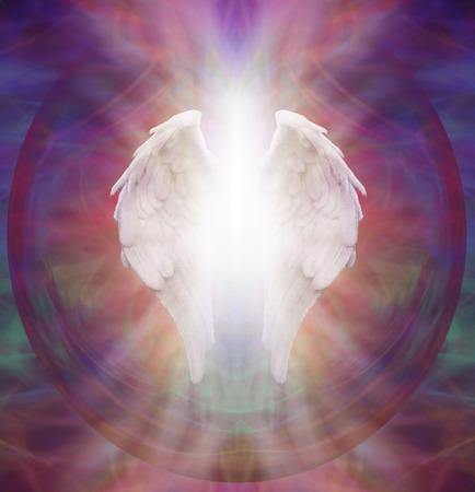 angel de la guarda: Guarda angelical - alas de ángel blanco simbólico aislado con un estallido de luz blanca sobre un fondo entre intrincado patrón etéreo sagrada multicolor Foto de archivo