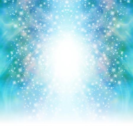 Starry glittery groene mousserende achtergrond - Christmas Tree vormige cascading sprankelt en glitter met een centrale bol van wit vervagen in wit aan de basis Stockfoto