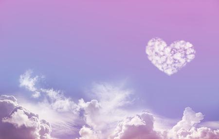 愛は、空気 - 広い青と下部にあるふわふわの雲とピンクの空の背景と 1 つ大きな分離愛ハート雲の形成上右側にコピー スペースたっぷり