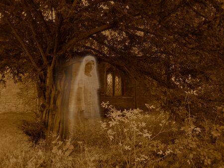 Fantomatique Victorian Graveyard apparition - Sépia scène colorée de l'église, des arbres et des plantes, avec une femme semi-transparente fantomatique voilée paraissant flotter à travers