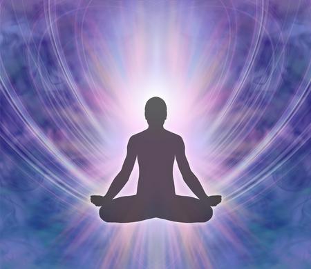 紫色青いエネルギー形成背景の上の蓮華座に座る男性のシルエット 写真素材