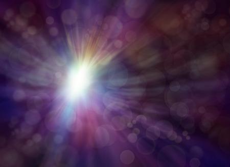 Lumière émergents - subtile violet foncé coupé fond effet bokeh multicolore avec un éclat de lumière rayonnant vers l'extérieur donnant une apparence d'ange comme éthérée
