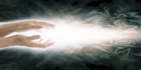 mente humana: Transmisión de Energía Reiki - manos paralelas femeninas con un rayo de energía blanca brillante fluye hacia el exterior en un fondo de la formación de la energía azul gris amplia etérea