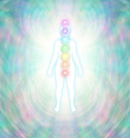チャクラ エネルギー分散 - ルートにクラウンから中心部に配置する 7 つのチャクラと、ターコイズ ブルーの輝きと白の女性のシルエットの周りの柔 写真素材