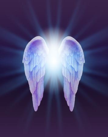 Blauwe en Lilac Angel Wings op een donkere achtergrond - een paar fijn gevederde Angel Wings met een helder wit licht barsten tussen uitstralen naar buiten subtiele blauwe op een donkere paarse en zwarte achtergrond Stockfoto