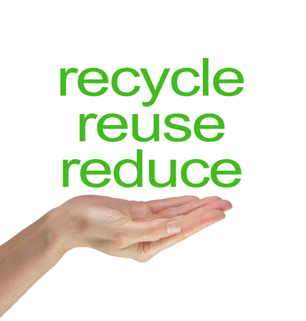 recycle reduce reuse: Por favor, reduzca la reutilizaci�n reciclan - Mujer palma de la mano abierta con las palabras recicla la reutilizaci�n reduce en verde flotando por encima sobre un fondo blanco