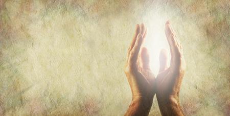ライト ワーカー メッセージ ボードのバナー - 男性の手とともに、明るい白い光のエネルギーの間コピーの左上の領域で素朴なバフ色石の効果の背