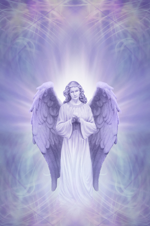 Anioł Stróż na Ethereal bzu niebieskim tle - modląc się anioł z białym aury wokół głowy na skomplikowanych niebieskim tle bzu dziedzinie energii z kopi?