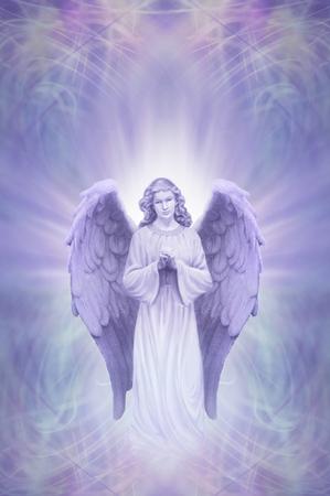 Schutzengel auf Ethereal lila blauem Hintergrund - betende Engel mit weißen Aura um den Kopf auf einem verwickelten blauen lila Energiefeld Hintergrund mit Kopie Raum
