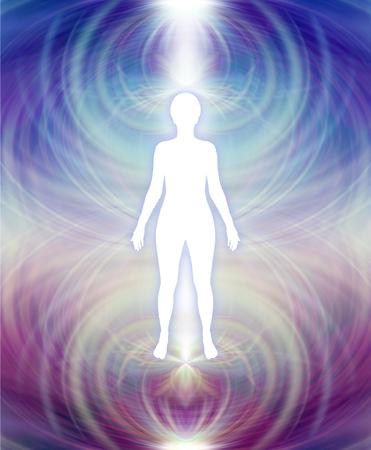 Aura humain champ d'énergie - silhouette féminine blanc avec un champ violet aura supérieure et bleu profond d'énergie inférieure rayonnant vers l'extérieur Banque d'images