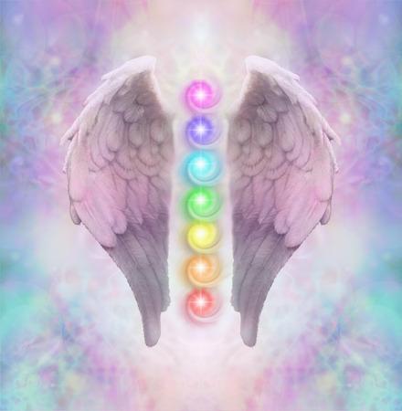 Angelic Sacré Chakras - Ailes d'ange avec sept chakras flottant entre un pastel éthérée de couleur de fond d'énergie délicate Banque d'images - 62467209