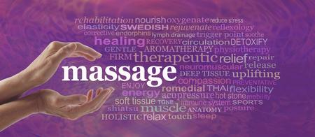 Profitez des bienfaits du massage - femme, mains, doucement évasées autour du mot MASSAGE entouré d'un nuage de mots pertinents sur un motif pourpre fond rose Banque d'images