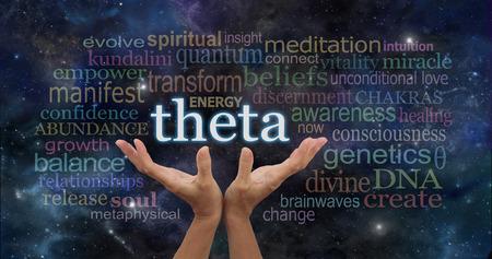 세타 뇌파는 뇌 명상 단어 구름은 - 여성의 손은 별과 행성 어두운 푸른 밤 하늘 공간 배경에 관련 단어로 둘러싸인 단어 THETA에 도달