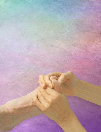 hipofisis: Trabajar la glándula pituitaria Punto Reflex - reflexólogo sexo femenino que trabaja en la aplicación de presión del dedo gordo del hombre hasta el punto glándula pituitaria Reflex en un color pastel pergamino efecto de fondo con copia espacio por encima