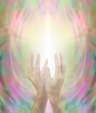 universal love: Transmisión de Energía que cura Hermosa - manos femeninas, celebrada en posición vertical con suavidad en forma de copa con un chorro de luz que fluye en una rosa de oro y el fondo verde