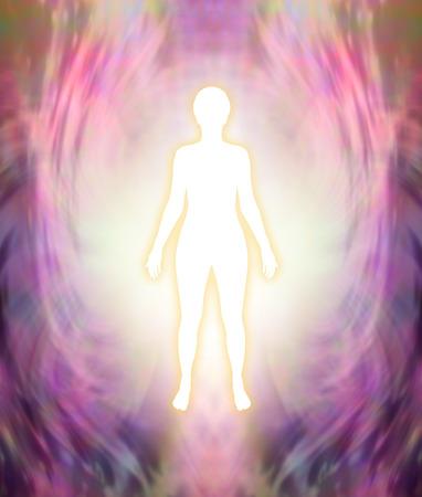 당신의 높은 자기와 연결 - 분홍색과 보라색 여성의 에너지 필드 배경에 황금 빛이있는 흰색 여성 실루엣 그림 스톡 콘텐츠